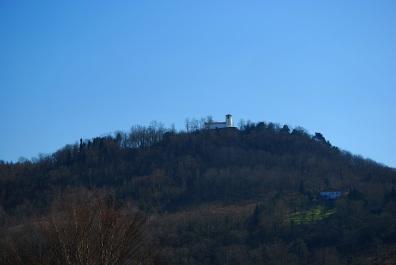 Monte Aldabe con la ermita de San Marcial en la cumbre. En sus laderas cayó abatido Iohan Ramírez de Baquedano (Iturria: http://sanchogui.blogspot.com.es)