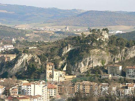 """Las inexpugnables peñas de la """"Cruz de los Castillos"""". En la peña pequeña de la izquierda estaba el castillo de Zalatambor, y en la más alta de la derecha el castillo Mayor. Fuera de la imagen, fortalezas de Belmecher y La Atalaya (Iturria: www.estella.com.es)"""