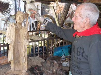 Imagen reciente de Joxe Ulibarrena junto a una de sus obras, en Arteta (Argazkia: Iñigo Larramendi)