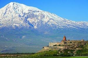 El monte Ararat, símbolo nacional del pueblo armenio. Hoy está en territorio turco, y ,aunque es perfectamente visible desde Yerevan, la capital de la Armenia independiente, la frontera turco-armenia está cerrada (Fuente Wikipedia).
