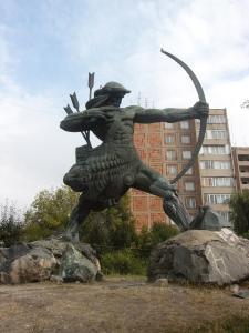 Estatua de Hayk, legendario fundador del pueblo armenio, en uno de los principales cruces de salida de Yereván (Fuente: Wikipedia)
