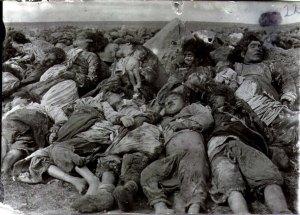 Cadáveres de niños armenios apilados (Iturria: Armeniapedia)