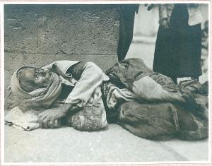 Anciana armenia maltratada durante el Genocidio (Iturria: Armeniapedia)
