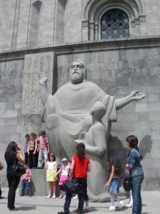 Estatua en honor de Mesrop Mashtots, creador del alfabeto armenio en 405 d.C. (Argazkia: I. Larramendi)